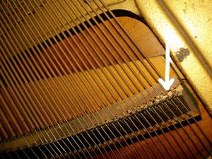 Puente tonal dañado de piano vertical